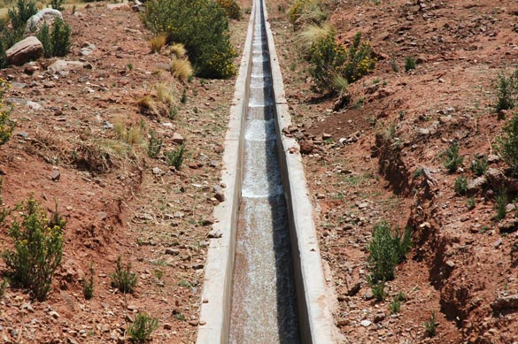Roll waves in a steep irrigation canal, Cabana-Ma�azo project, Puno, Peru.