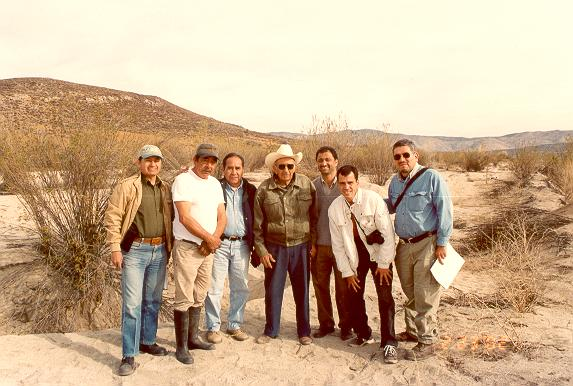 Walter Zúñiga, farmer Ubaldo, Raúl Venegas, officer Epifanio Gabarain, A. V. Shetty, Sergio Barocio, and Miguel Ponce, on the flood plain of El Barbon Wash