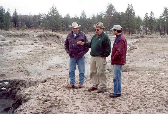 Dr. Miguel Ponce explaining the austere realities of gully geomorphology to Rancher Casillas and Walter Zúñiga.